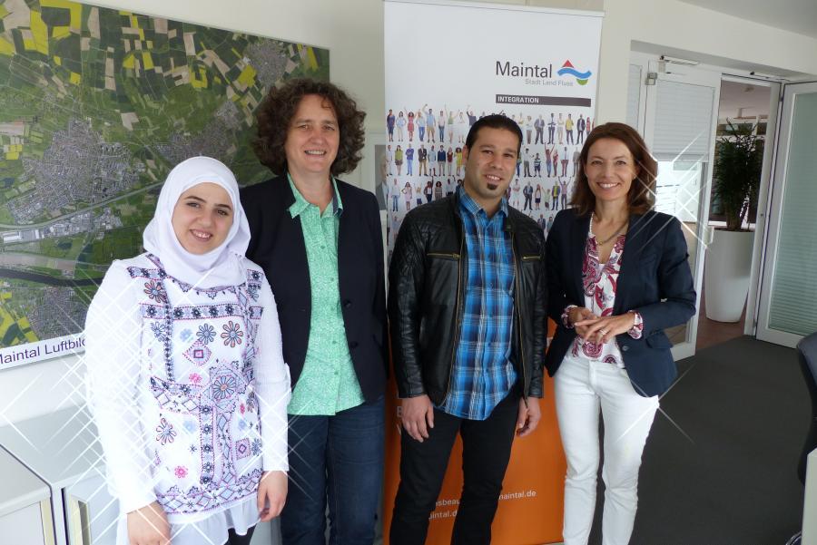 Bild zeigt Bürgermeisterin Monika Böttcher (rechts) und Integrationsbeauftragte Verena Strub (zweite von links), wie sie die beiden Praktikant*innen an ihrem ersten Tag im Rathaus begrüßen.Foto: Stadt Maintal