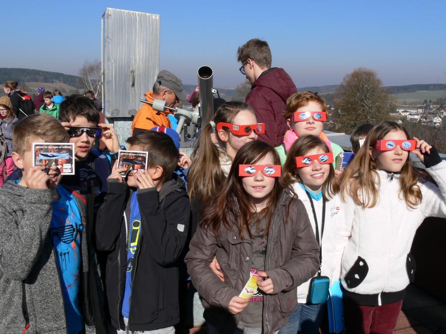 Schüler der GS Rodewisch beobachten die SoFi