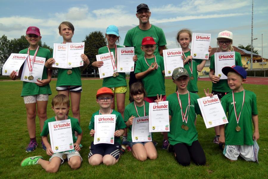 Alle teilnehmenden Kinder sind stolz auf ihre Urkunden und Medaillen