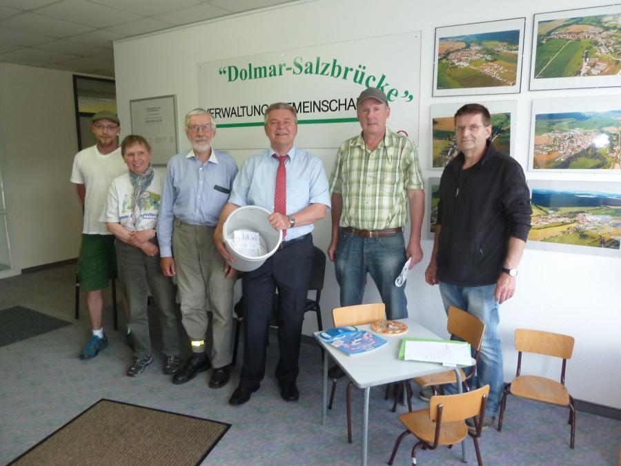 Nachder Verlosung 2016 - Gemeinschaftsvorsitzender Frank Kampf mit Gewinnern sowie den Bürgermeistern Reiner Baumann und Frank Ehrenberger