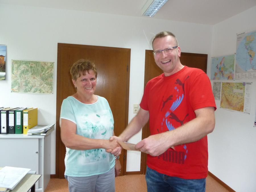 Kämmerin Christine Fritz gratuliert in Vertretung des Gemeinschaftsvorsitzenden Frank Kampf einem der Hauptgewinner der Tour 2016