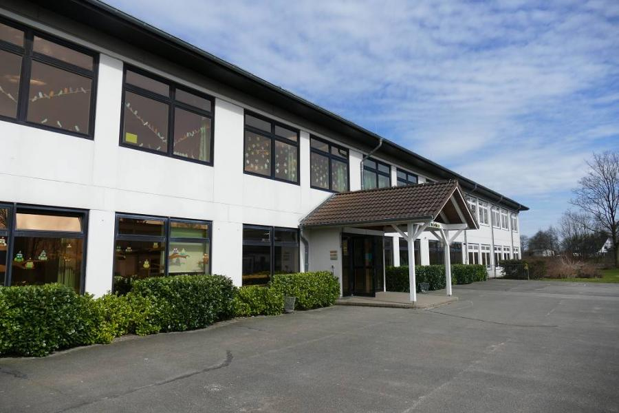Das Schulgebäude von außenSchulgebäude
