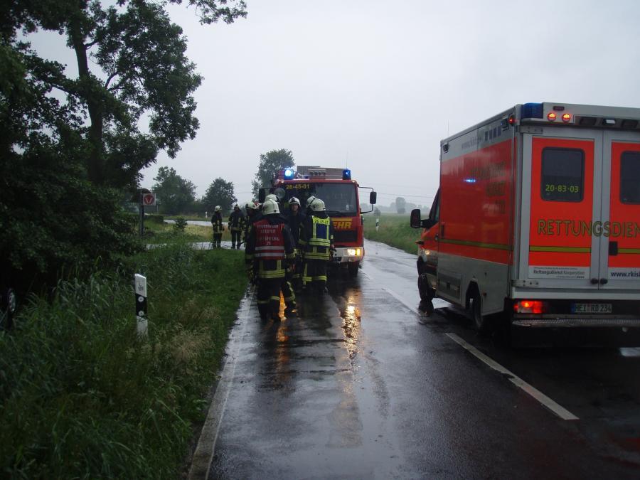 Feuerwehr und Rettungsdienst an der Einsatzstelle L109