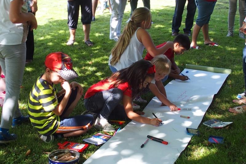 Während die Erwachsenen diskutieren, bringen die Kinder ihre Ideen zu Papier.