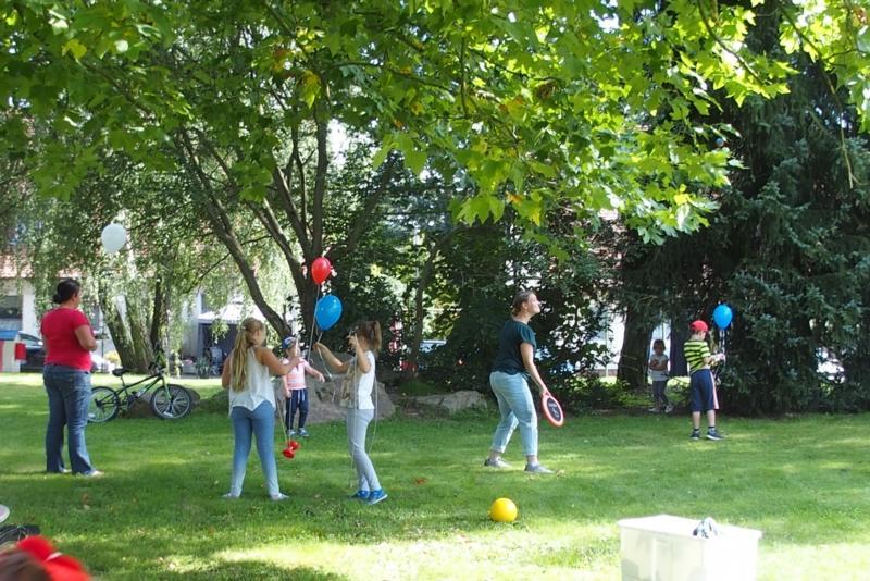 Kathrin Kilian und Lars Kietz von der Stadtjugendpflege testeten gemeinsam mit den Kindern aktiv die Tauglichkeit der auserwählten Spielfläche.