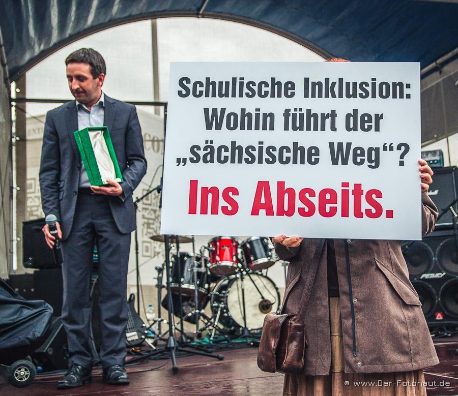 """Plakat neben Martin Seidel bei Parade der Vielfalt 6.0 2015 """"Wohin führt der sächsische Weg? Ins Abseits!"""
