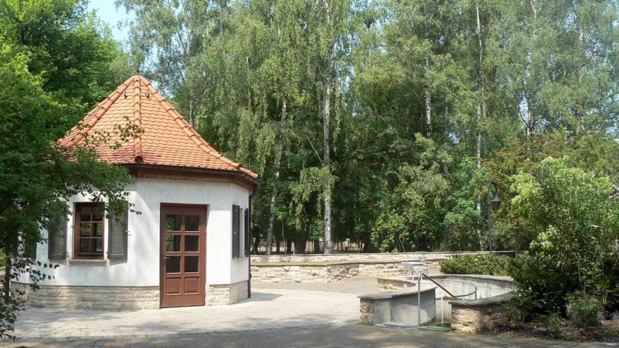 Quellpavillon und Schwefel- Tretbecken im Kurpark