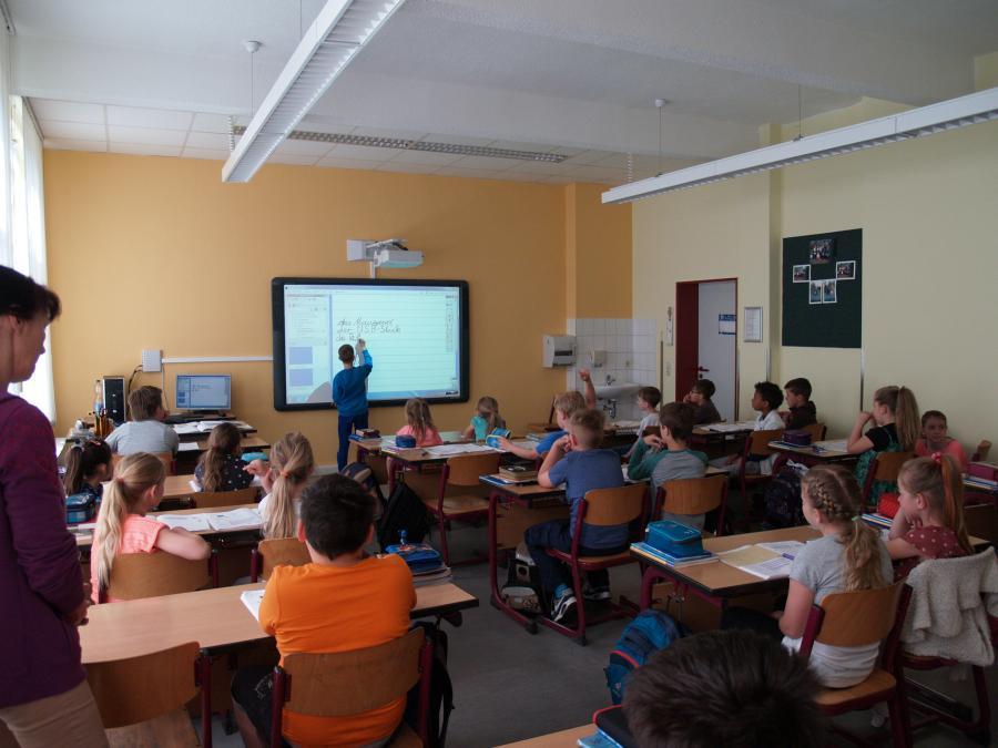 Klassenzimmer mit Whiteboard