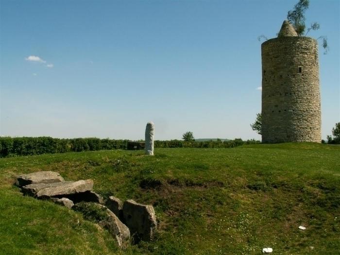 das Grabmal der Dolmengöttin und die Warte in Langeneichstädt