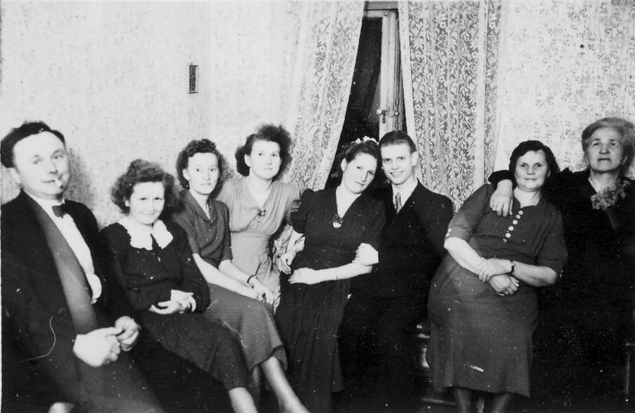 Von links: Emil Krüger, eine Cousine von Paul Leu, Ilse Ruhnke, Ilse Pagels, geb. Krüger, Gerda und Gerhard Thum, Erna Schmidt, Frieda Molick