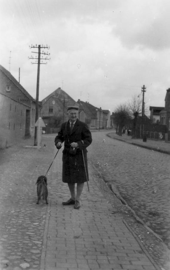 Herr Sondin mit seinem Hund Bauscha