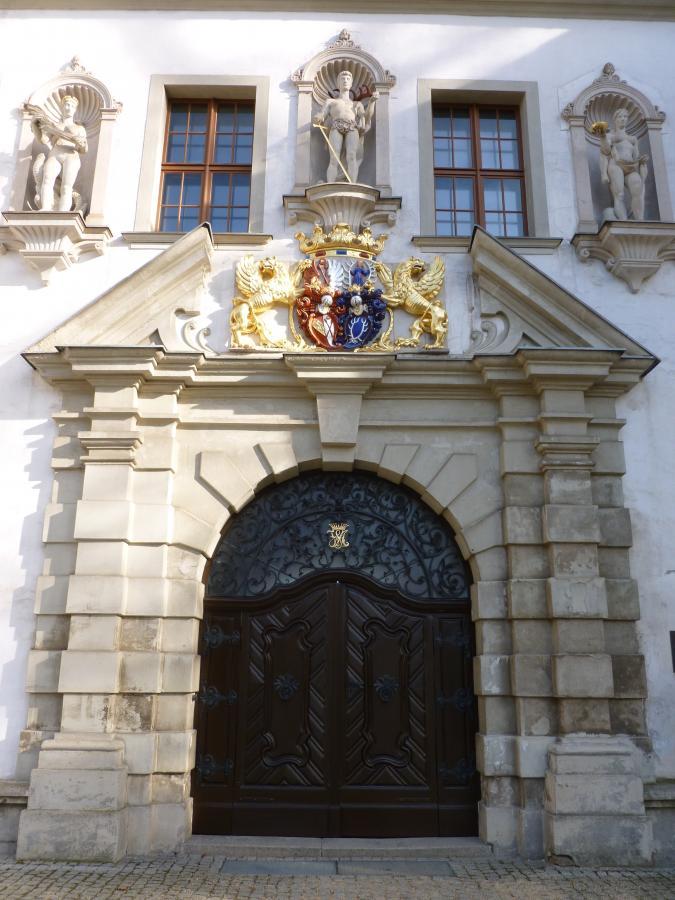 Restauriertes Portal des Alten Schlosses