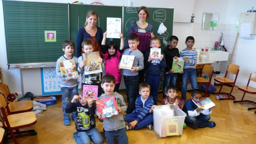 Übergabe der Sprachen-Boxen an der Silcherschule