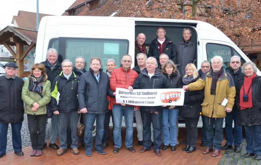 Zur ersten Bürgerbusfahrt gratulieren Vertreter des Landkreises und der Gemeinden dem Trägerverein.