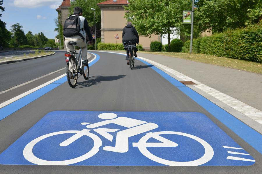 Bild zeigt zwei Fahrradfahrende auf einem Radschnellweg der Stadt Göttingen; Quelle: Stadt Göttingen.