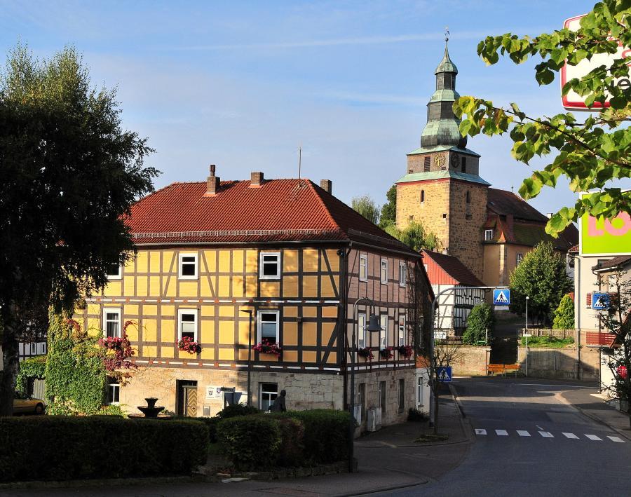 Rathaus und Mauritiuskirche Schenklengsfeld (c) Monika Greb