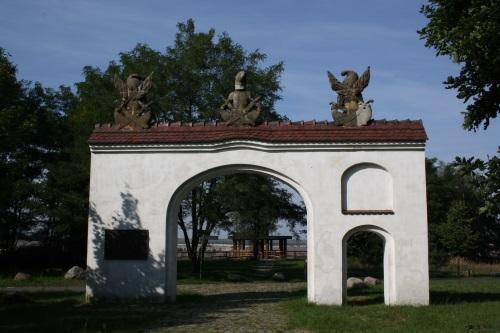 Raubrittertor und kleiner Aussichtsturm am Klinger See