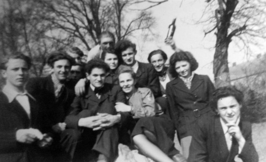 Die jungen Leute von Schwarzenhof um 1950 (in der Mitte die Lehrerin Ilse Bertram, später verheiratete Schacht)
