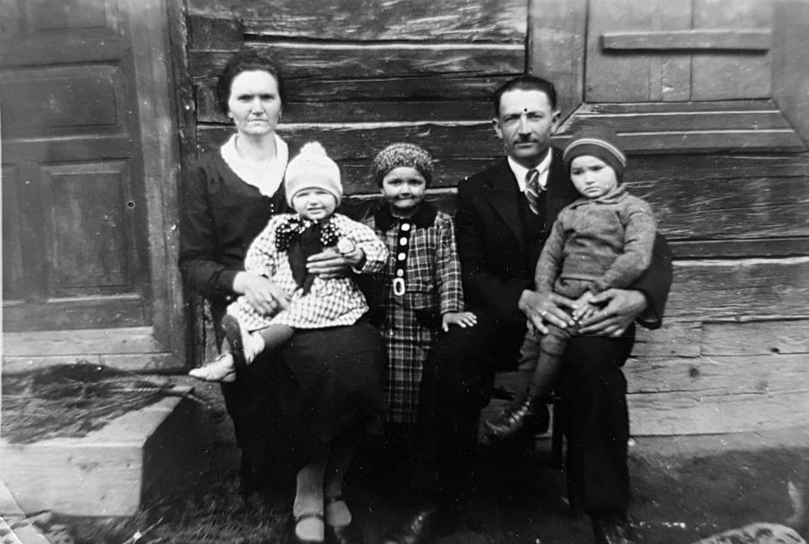 Johanna und Josef Rötlich in Gajdel mit den Kindern Emmi, Anni und Rudolf