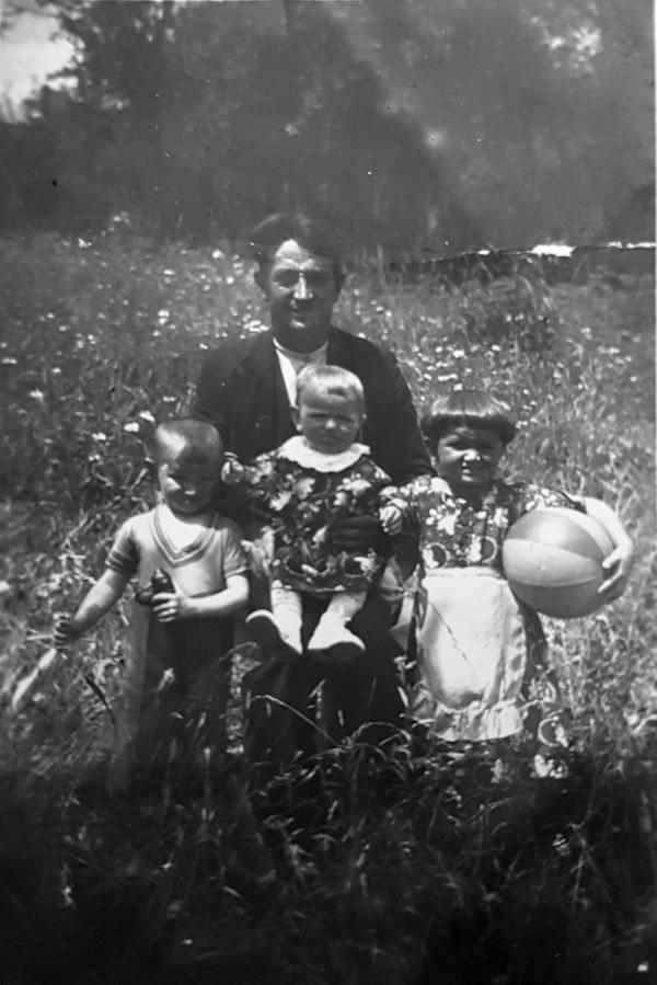 Josef Rötlich mit den Kindern Rudolf, Emmi und Anni