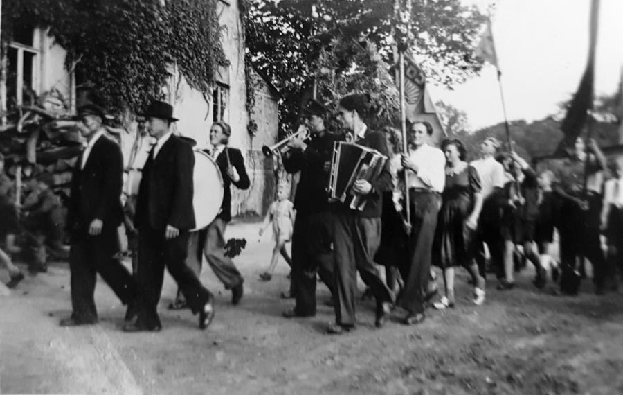 Erntefest in Schwarzenhof mit der Musikkapelle Plagens (1950)