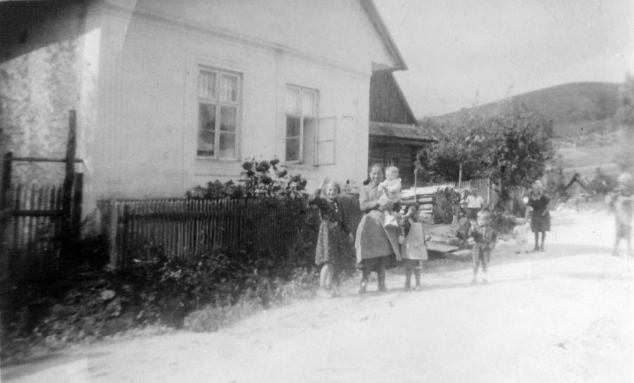 Haus der Familie Rötlich in Gajdel mit der Großmutter von Rudolf Rötlich und seinen Geschwistern