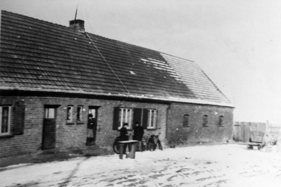 Wohnhaus der Familie Rötlich in Schwarzenhof, rechts der angebaute Stall
