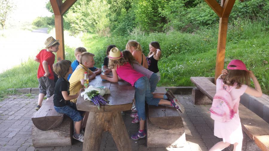Im Kids-Club Rohrbach wird eine Schnitzeljagd durchs Dorf gemacht