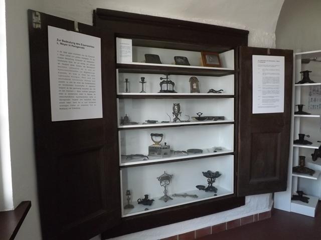 Kunstgussprodukte aus den Meyerschen Eisenwerken im barocken Wandschrank