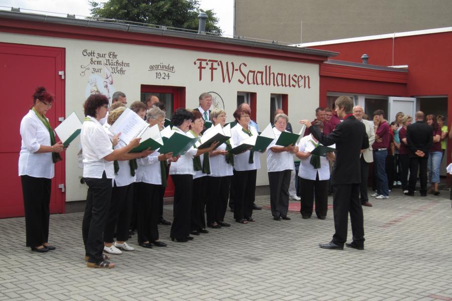 Chor Saalhausen vor dem Feuerwehrgebäude