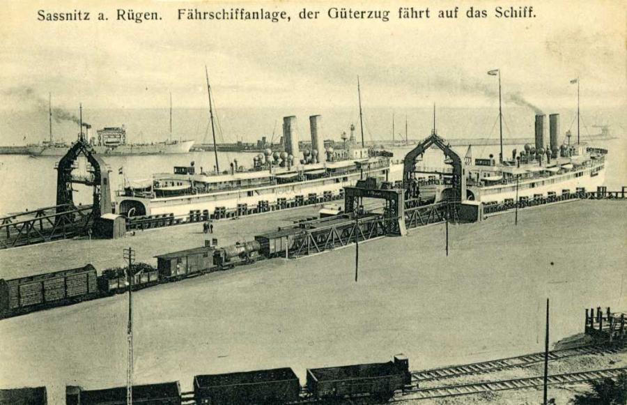 Sassnitz a. Rügen Fährschiffanlage, der Güterzug fährt auf das Schiff