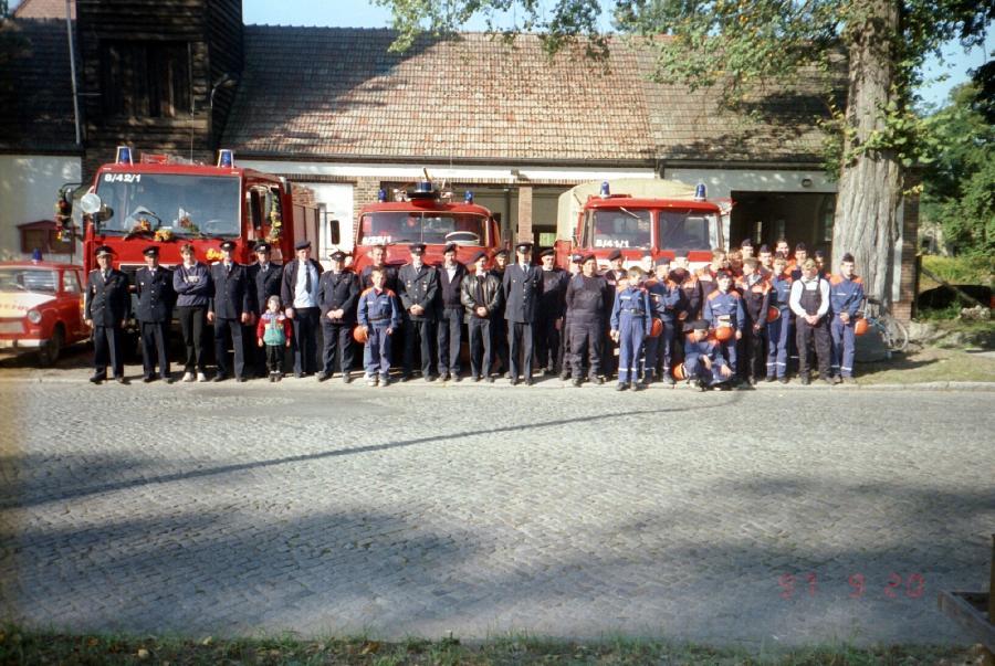 Gruppenbild der Feuerwehr und Jugendfeuerwehr