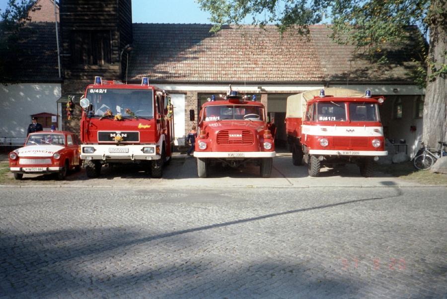 Fahrzeugaufstellung zur Übergabe, KdoW Trabant 601, LF 8/6 MAN, TLF 32 Tatra und das LF 8/8 auf Robur