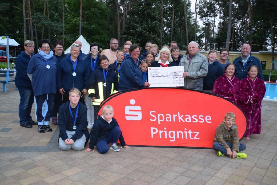 Rückblick 2018 - Scheckübergabe 12-Stunden-Schwimmen