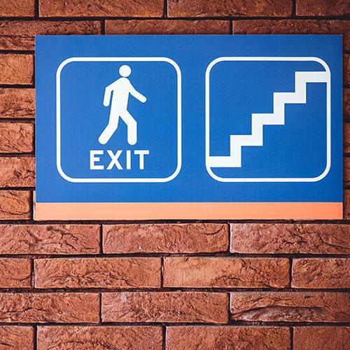 Schild zum Ausgang