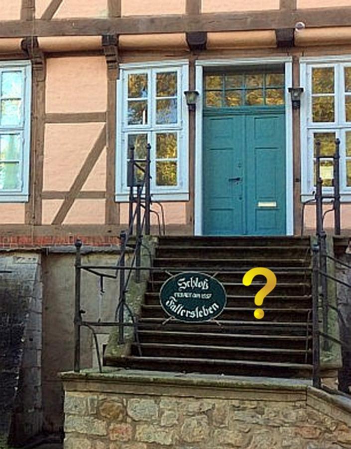 Schild an Schlosstreppe Fallersleben