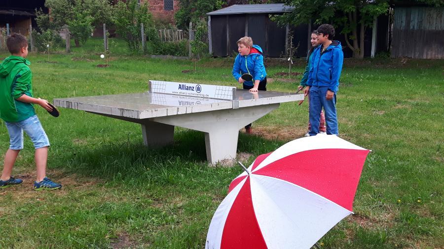Kids trotz Regen beim Tischtennisspiel