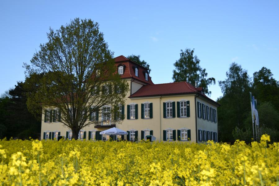 Jagdschloss mit Rapsfeld