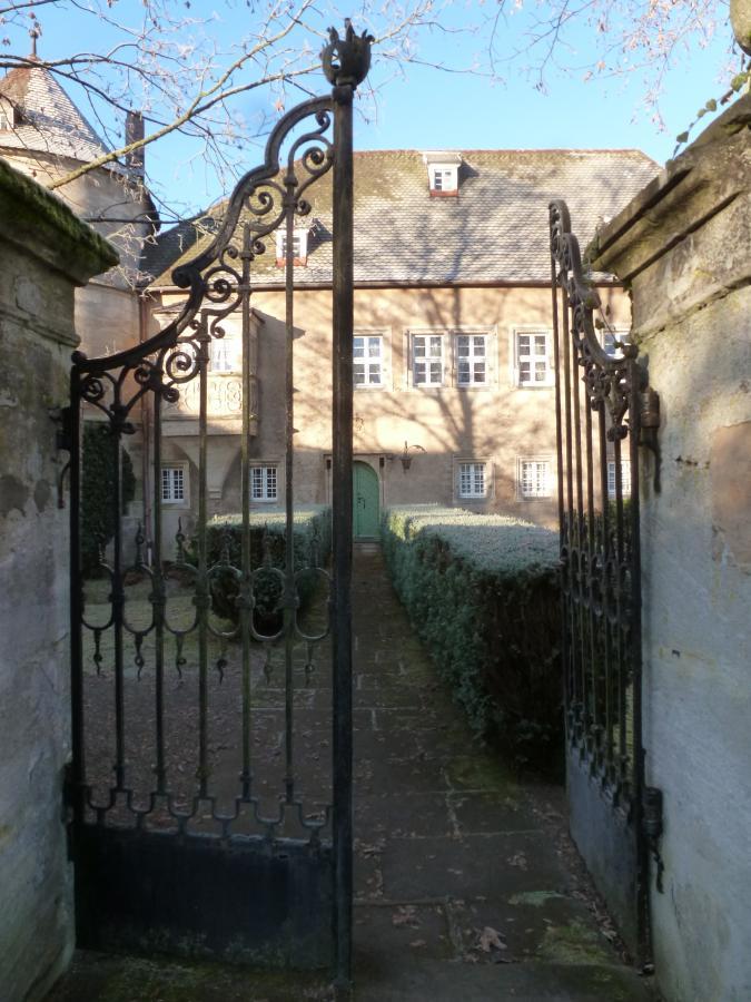 Eingang zum Schloss Schreez