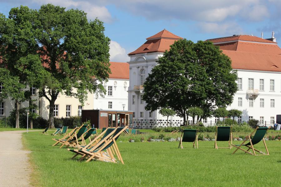 Schlosspark Oranienburg: Liegestühle laden zum Verweilen ein ...