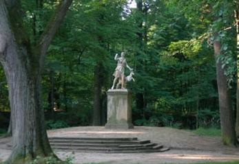 Schlosspark mit Statue der Diana, Göttin der Jagd
