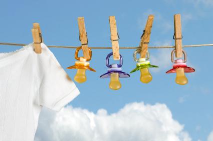 Schnuller auf einer Wäscheleine