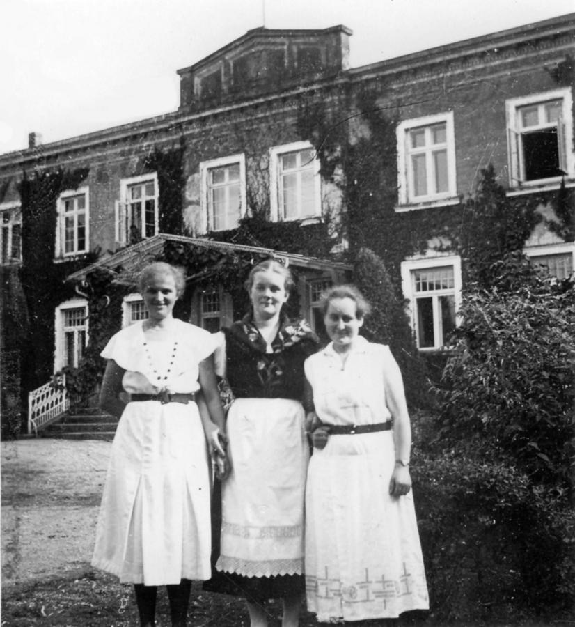 1926: v.l.: Erna (Gusting) Wilken, geb. Waterstrat, Selling Seemann, unbekannt