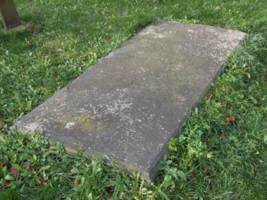 Grabplatte an der Schorrentiner Kirche