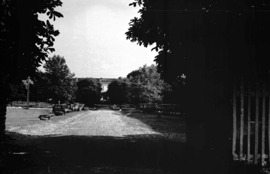 Links: Feldbahnloren, rechts: Ackerwagen