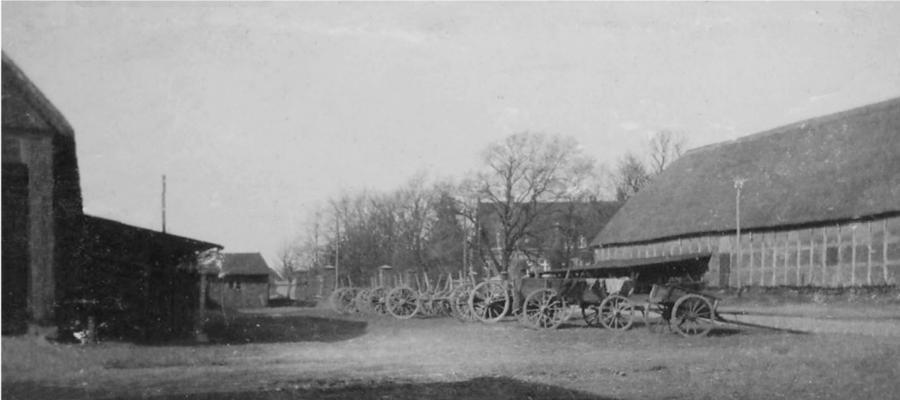 Links: Lelkendorfer Scheune, rechts: Maschinenscheune