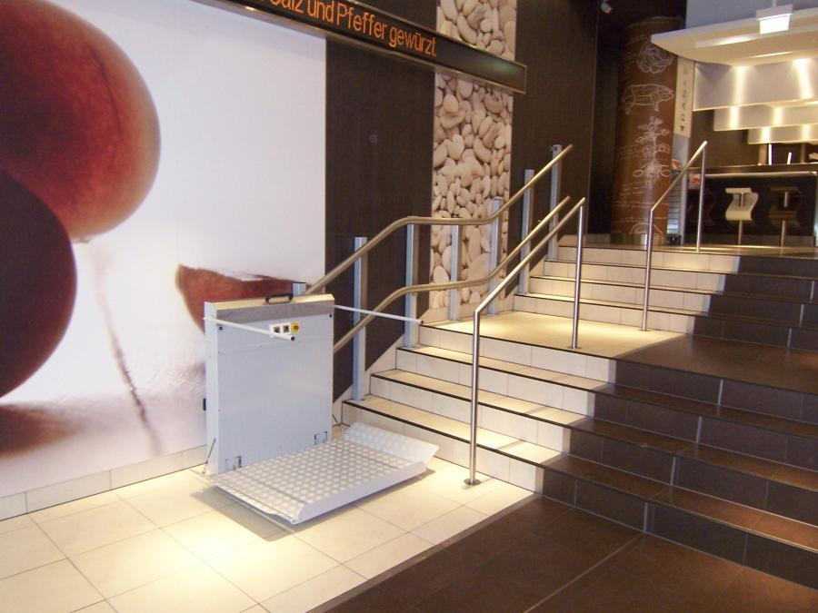 Schrägaufzüge GLT 30 an einer Podesttreppe im Innenbereich