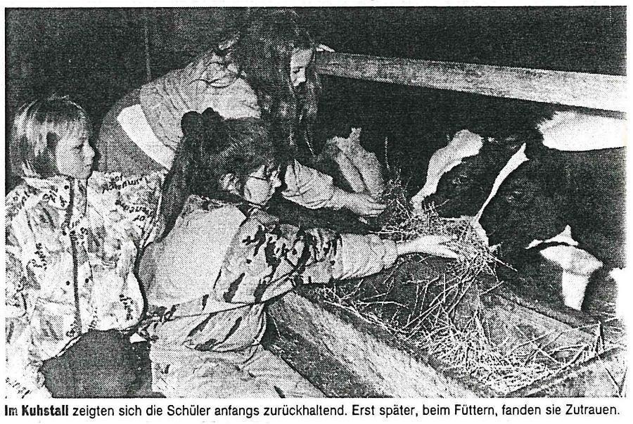 Schülerinnen im Kuhstall