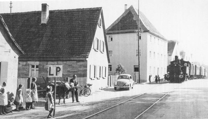Sekundärbahn bei der Ortsdurchfahrt