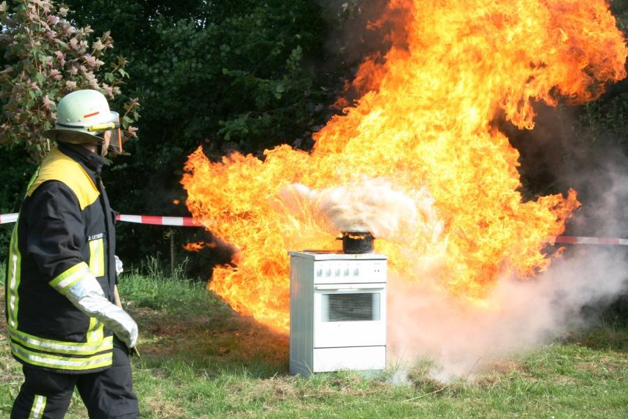 Fettexplosion: Löschversuch eines brennenden Öltopfes mit nur 10ml Wasser